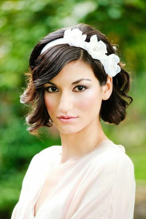 bridesmaid wavy bob hairstyle